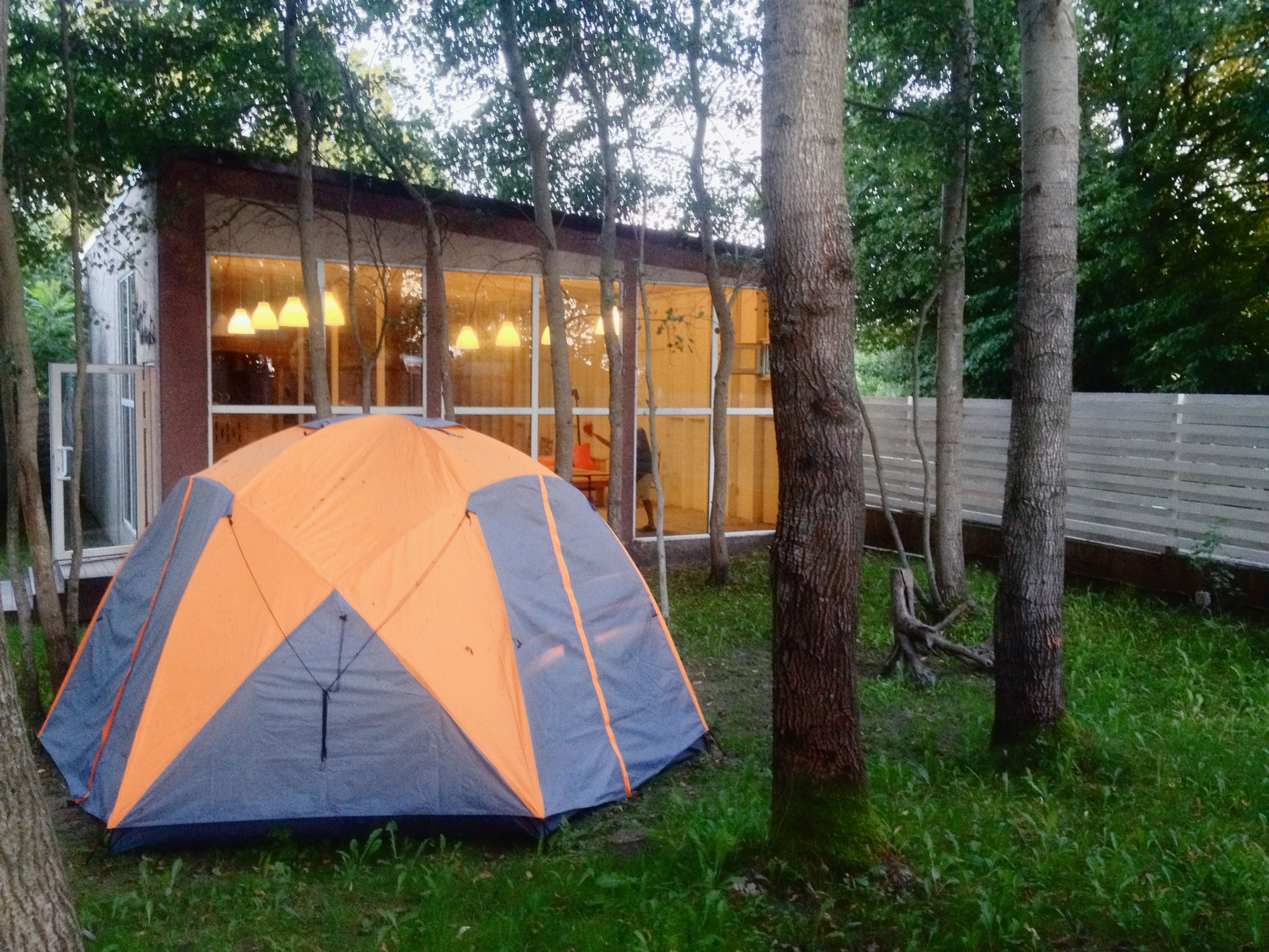Ваша палатка в кемпинге + вода и электричество